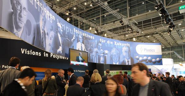 """Unter dem Motto """"Visions in Polymers"""" fand die Sonderschau zur K 2010 großes Interesse bei Ausstellern, dem Fachpublikum und der breiten Öffentlichkeit (Foto: Messe Düsseldorf)"""