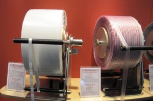 Aufgrund seines starken Permanent-Klebestreifens verschließt das Bag-Closing-Tape 4540 FLC von Schümann (links) den Folienbeutel irreversibel. Das verleiht der Verpackung einen sehr hohen Manipulationsschutz.