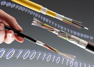 Faseroptische Breitband-Kabel für ein schnelles Internet müssen bei konstanter Informationsdichte immer dünner werden. Um diese Anforderung zu erfüllen, hat die BASF eine neue Ultradur®-Type speziell für dünne Glasfaser-Ummantelungen entwickelt: Mit Ultradur B6550 LNX ergänzt das Unternehmen sein bestehendes Ultradur-Portfolio für die Extrusion von Schutzhüllen für optische Adern. Das Material zeichnet sich durch ein hohes Molekulargewicht und eine entsprechend hohe Viskosität aus. Mit Ultradur B6550 LNX lassen sich Bündeladern dünner ummanteln, bei  gleicher Schutzwirkung gegen Druck und Knicken wie Standard-PBT-Typen. Das neue Material verfügt über eine hohe Streckspannung sowie einen hohen E-Modul und weist dennoch eine geringe Sprödigkeit auf. Aufgrund seiner feinkristallinen Morphologie kristallisiert es schneller als bisherige Werkstoffe und hat eine hohe Schmelzeviskosität, vor allem bei niedrigen Scherraten. Darüber hinaus ist seine Querdruckfestigkeit doppelt so hoch wie die von Standardwerkstoffen (Foto: BASF)