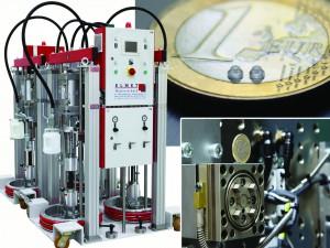 Zur K 2013 setzt ELMET Schwerpunkte bei kosteneffizient arbeitenden, anwenderfreundlichen Dosieranlagen (links, TOP 3000 in Tandem-Anordnung) sowie Multikavitätenwerkzeugen für die 2K-Verarbeitung von UV-vernetzenden Flüssigsilikonen und für die Herstellung von Kleinstteilen (rechte Seite) (Foto: Elmet)