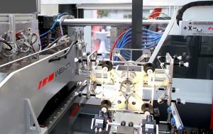 Wemo Seitenentnahme-Roboter 12-5 auf einer IML Verpackungsanlage (Foto: Wemo)