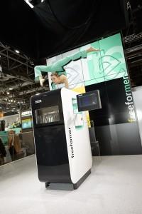 Weltpremiere: Auf der K 2013 präsentierte Arburg erstmals den Freeformer. In einer spektakulären Show veranschaulichten sogenannte Kontorsionskünstlerinnen die Freiheit und Flexibilität, die das einzigartige System zur additiven Fertigung bietet. (Foto: Arburg)