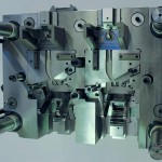 Das Spritzgießwerkzeug mit 3-Platten-Anguss arbeitet mit vielen mechanischen Schiebern in diversen Winkeln. (Foto: Braunform)