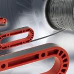 Die auf Rollen gelieferten Endlos-faser-Tapes können auf Länge zugeschnitten und anschließend in das Bauteil eingelegt werden. (Foto: EMS-Chemie AG)