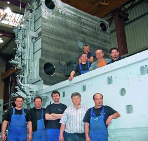 Auf Spritzgießmaschinen, die 400 t wiegen und die ein Team von Krauss Maffei vor Ort aufzubauen half, werden die Thermoplast-Außenhäute des i3 gefertigt. (Foto: Krauss Maffei)