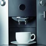Aufgrund der hohen Anforderungen werden in Espresso- und Kaffeemaschinen zunehmend Hochleistungskunststoffe wie PEK/PEEK mit 30 % Glasfaserverstärkung eingesetzt. (Foto: Dimelika)