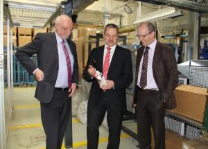 Raimund Au (Mitte) erklärt Klaus Ehlig und Georg Tinschert den Aufbau eines aus 16 Teilen bestehenden, vollautomatisch montierten Spülventils (Foto: Wittmann Battenfeld)