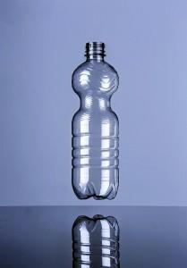 Mit 10,9 g ist die von KHS für die Abfüllung von hochkarbonisierten Getränken entwickelte 0,5-l-PET-Flasche mit Schraubverschluss in ihrem Bereich derzeit die weltweit leichteste im Markt. (Foto: KHS)