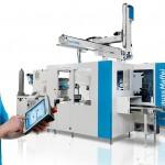 Maschinensteuerung und Roboter-Handheld arbeiten mit der MC6 Steuerung und beide ermöglichen das Programmieren und Bedienen von Roboter und Maschine. (Foto: Krauss Maffei)