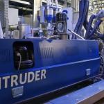Der Doppelschneckenextruder Reitruder in der Blasfolienanlage steigert dank der Direktextrusion die Produktivität und die Energieeffizienz der Anlage und ermöglicht Füllstoffanteile bis zu 50 %. (Foto: Reifenhäuser)