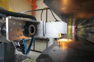 """Roboterwerkzeug mit einem Setzsystem der Stanley Engineered Fastening – Tucker GmbH, im Arbeitsprozess """"Bolzen kleben"""". (Foto: Reis)"""