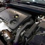 Das Polyamid-Nigrosinmasterbatch eignet sich zur Schwarzeinfärbung von glasfaserverstärktem PA im Pkw-Motorraum. (Foto: Rowa)