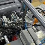 Bei den Einlege- und Entnahmeoperationen an Spritzgießwerkzeugen punktet ein Stäubli RX160 mit hoher Präzision. Gleichzeitig sind schnelle Bewegungsabläufe gefragt, um die Werkzeugoffenzeiten so kurz wie möglich zu halten. (Foto: Stäubli)