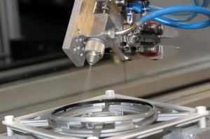 Mit dem Inline-Prozess Instantcoat lackierter Zierring aus dem Automotive Interieur. (Foto: Varioplast)