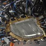 Oberwerkzeug mit präzise auf das Bauteil abgestimmten Umbugschiebern und integrierten Stanzeinheiten (Foto: Frimo)