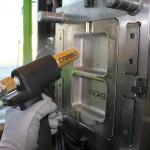 Das Trockeneisstrahlen mit dem Carboblaster eignet sich auch zur Reinigung Spritzgießformen und -werkzeugen. (Foto: Carbo)