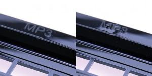 Die Kombination des Gasaußendruckverfahrens mit einer Werkzeug-Wechseltemperierung garantiert eine perfekte Abformung und verhindert gleichzeitig Einfallstellen und Bindenähte hinter den Durchbrüchen (linke Abbildung). Ohne den Einsatz der Gasaußendrucktechnik treten an der Beschriftung deutliche Einfallstellen auf (rechte Abbildung). (Foto: Sumitomo (SHI) Demag)