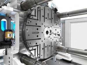 Der neue servo-elektrische Drehtisch ist in die Aufspannplatte integriert. Hohe Werkzeuggewichte, schnelle Drehzeiten und eine präzise Positionierung sorgen für eine wirtschaftliche Produktion. (Foto: Krauss Maffei)