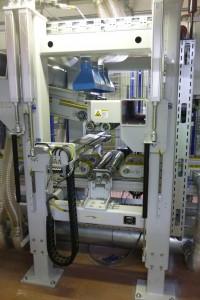 Aus dem Erdgeschoss kommen die dicken grauen und dünnen gelben EPS-Platten in die Kelleretage und werden an der Thermobonding-Station (Bild) miteinander verschmolzen (Foto: Bürkle)