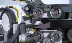Detail des Thermobondings: Von oben her laufen die hellen EPS-Platten auf die in Bildmitte nach rechts durchlaufenden grauen EPS auf, um klebstofffrei und dauerhaft ein Sandwichsystem zu bilden (Foto: Bürkle)