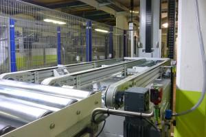 Zurück ins Grundgeschoss: Die Doppelbunde befördert der Vertikal- bzw. Etagenförderer nach oben zu Konfektionierung, Verpackung und Versand (Foto: Bürkle)