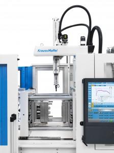 4 statt 3: Der neue Servo-Angusspicker bildet mit der Maschine eine Einheit und stellt damit die platzsparendste Lösung auf dem Markt dar. So können auf gleicher Stellfläche vier statt drei Maschinen installiert werden. (Foto: Krauss Maffei)