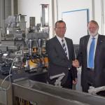 Dr. Andreas Kunzmann (l.), Geschäftsführer der Buss AG, übergibt einen Laborkneter des Typs MX 30 an Dr. Peter Heidemeyer (r.), Geschäftsführer Kunststoff-Forschung und -Entwicklung am SKZ, in Würzburg. (Foto: Buss)