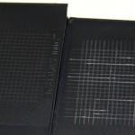 Der Kratztest bringt den Unterschied ans Licht: Bei unzureichender Modifizierung (rechts) neigt der Kunststoff zu abgeplatzten Teilstücken sowie Brüchen und stark unruhigen Prüfrissen. (Foto: Grafe)