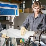 Versuche zur Schaumextrusion mit Trockeneis im Extrusionstechnikum des IKV (Foto: IKV)