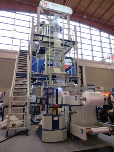 In Halle B3 ist auf der diesjährigen Fakuma eine komplette, produzierende 7-Schicht-Blasfolienanlage zu besichtigen (Foto: Karin Regel)