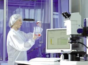 Für Anwendungen mit erhöhten Sauberkeitsanforderungen fertigt Pöppelmann partikelfreie Schutzelemente in einem neuen Sauberraum. (Foto: Pöppelmann)