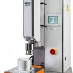 Die Ultraschall-Standardmaschine Eco Isonic kann mit einem optionalen Schiebetisch ausgesattet werden. (Foto: Sonotronic)