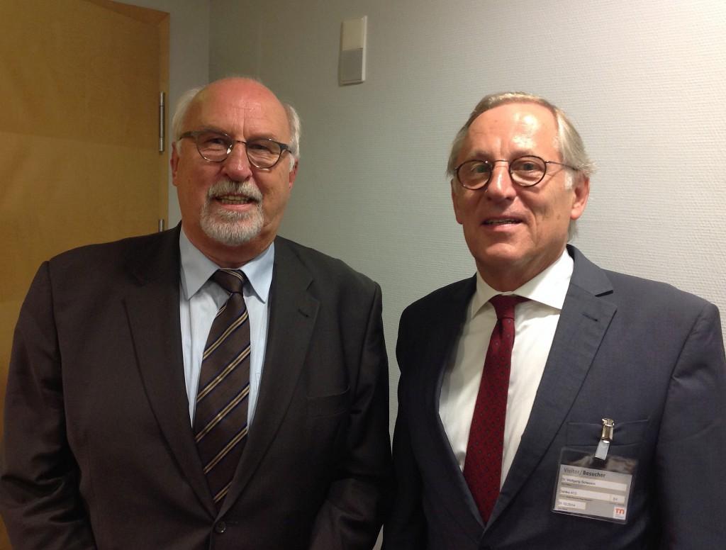 Dr. Wolfgang Schepers (rechts), der neue Präsident des Deutschen Kunststoff-Museumsvereins, mit seinem Vorgänger Dietrich Taubert (Foto: K-AKTUELL)