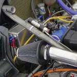 Leitungen aus der neuen hochtemperaturbeständigen Formmasse können Gummischläuche in gekapselten Motorräumen ersetzen und sparen dabei Platz und Gewicht. (Foto: Evonik)