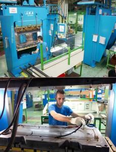 Abb.2a+b: Die vertikalen LWB-Steinl Gummi-Spritzgießmaschinen mit Rahmen-Schließeinheit bieten durch ihre schmale Bauweise beste Zugänglichkeit zum Spritzgießwerkzeug und damit optimale Voraussetzungen zur manuellen Entformung von komplexen Gummi-Dichtungen. (Fotos: Bauer)