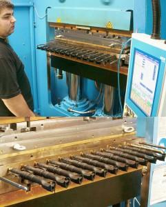Abb.3a+b: Die LWB-Steinl Rahmen-Schließeinheit bietet durch ihre gute Zugänglichkeit optimale Voraussetzungen zur Kombination von Werkzeugen mit Entformungsvorrichtungen, hier am Beispiel eines 12-fach Faltentüllen-Werkzeugs, das von Siliko / Vrhnika entwickelt wurde. (Fotos: Bauer)
