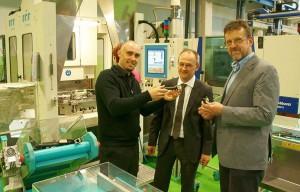Abb.1: Faltenbalg-Formteile sind ein zentraler Bereich der Siliko-Produktion. Ein wesentlicher Beitrag an der Entwicklung der diesbezüglichen Produktionslösungen stammt aus der Zusammenarbeit mit dem Maschinenlieferanten LWB-Steinl. Dafür stehen (v.l.) Matjaž Plesnik, Werksleiter von Siliko-Boštanj/Sevnica, Peter Vogl, LWB-Verkaufsingenieur für Mittel-/Osteuropa und der LWB-Vertreter für Slowenien Miran Briški. (Foto: Bauer)