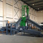 In der Aufbauphase: Die Getecha-Großmühle RS 6015 (grün) mit der fördertechnischen Peripherie (grau). Ebenfalls schon zu sehen ist der mächtige Zyklonabscheider (grün). (Foto: Getecha)