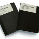 Platten aus PA 6 GF 30, eingefärbt mit AF-Carbon PA 950532 schwarz im Vergleich zu einem Standard Nigrosin-Schwarz nach 500 h QUV-Tester [ASTM G 154 C1]. (Foto: AF-Color)