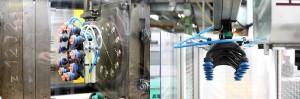 Bild 6+7: ASS Polyamid Roboterhand in der Spritzgießmaschine bei Theo Hillers. (Foto: ASS)