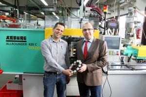 Bild 8: Tobias Klinkhammer von Theo Hillers (l.) und Sascha Fendel von ASS präsentieren die fertige Roboterhand. (Foto: ASS)