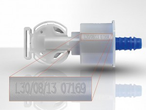 Alphanumerischer Code zur Rückverfolgung auf einem Kunststoff-Ventil für Tankentlüftungssysteme, markiert mit einem CO2 Laser. (Foto: Foba)