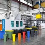 Rekordmaschine: Die MX 5500 - 75000/75000 mit einer Schließkraft von 55.000 kN produziert bei Weber großvolumige Müllbehälter in unterschiedlichen Farben und Größen. (Foto: Krauss Maffei)