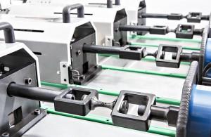 Prüfung von Materialproben auf unabhängigen Prüfachsen, angetrieben von elektro-mechanischen Aktuatoren. (Foto: Fraunhofer LBF)
