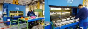 In der Kleinserien-Produktion setzt Saint-Gobain auf Rahmenpressen, die beidseitig mit Arbeitstischen kombiniert sind. Auf diesen werden die Pressformen manuell mit allen Komponenten der Verbundteile bestückt bzw. die Fertigteile entformt. (Fotos: Bauer)