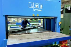 Abb.4: Die LWB-Rahmenpresse VR 5700 b mit einer Heizplattengröße von 2000 x 1000 mm und 570 Tonnen Schließkraft bietet großzügige Platzverhältnisse. Durch die beiden, mit der Presse fix verbundenen, Arbeitstische kann gleichzeitig mit zwei Formen gearbeitet werden. (Foto: Bauer)