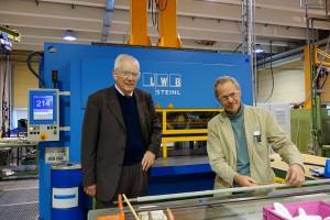 Abb.5: Die Steinl Rahmenpresse wurde von LWB-Steinl Verkaufsingenieur Theodor Seidl (links) und Saint-Gobain Produktions- und Instandhaltungstechniker Hans-Joachim Sterker für die speziellen Anforderungen der Flugzeugkomponentenfertigung ausgelegt. (Foto: Bauer)