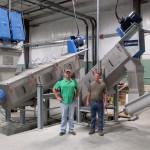 In ihrer auf hohe Durchsätze ausgelegten Kunststoff-Recyclinganlage in Tipton (USA) haben Scott (l.) und Jeremy Rogers (r.), Geschäftsführer von Cedar Poly, kürzlich eine modulare Kunststoff-Waschanlage von Lindner washTech in Betrieb genommen. (Foto: Lindner)