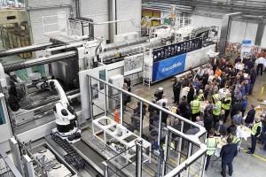 Große Maschine mit großer Leistung: Feierliche Inbetriebnahme der MXH 3200 – 101.000/101.000 von Krauss Maffei, der größten Spritzgießmaschine in der Schweiz, bei GF Piping Systems. (Foto: Krauss Maffei)