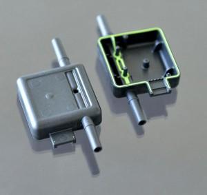Die Sensorgehäuse für die Durchflussmessung werden mit integrierter Dichtung in einem Schritt gefertigt. (Foto: Engel)